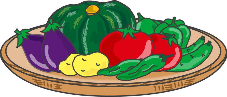 소쿠리에 올려 놓은 여름 야채