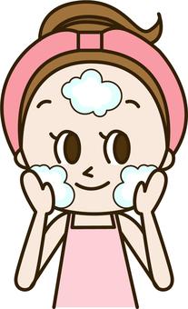 一個年輕女子清潔皮膚(皮膚1)