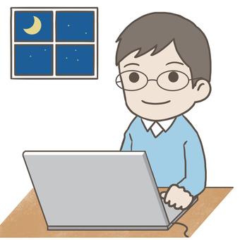 パソコンで作業をする眼鏡の男性