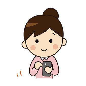 操作智能手機的女人