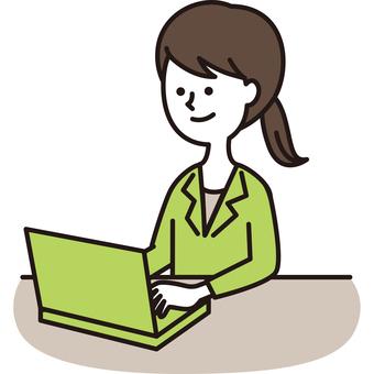 穿西裝的女士使用個人電腦