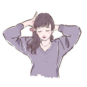 一個女人綁她的頭髮