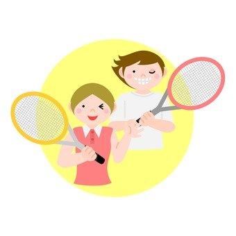 테니스 라켓을 가진 남녀