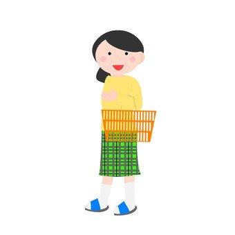 女性降低手上的購物籃