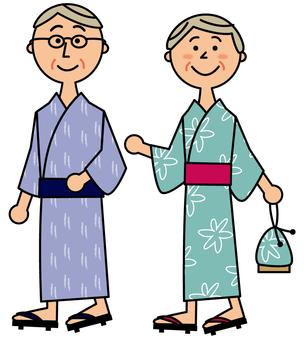浴衣で歩くシニア夫婦