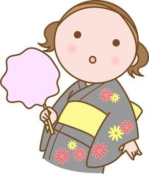 浴衣的女孩用棉花糖