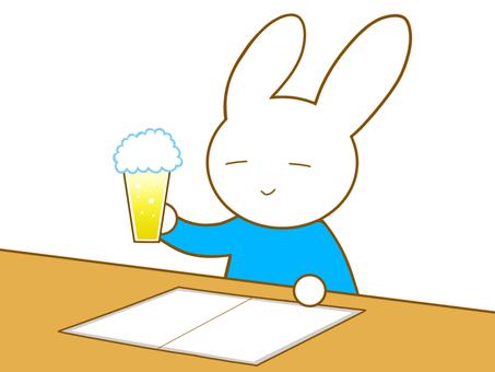 ビールを飲むウサギ