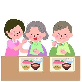 개호 직원과 식사를하는 할머니와 할아버지